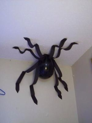 Cute And Easy Halloween Decor!Black balloons and black streamers make the perfect spooky spider!