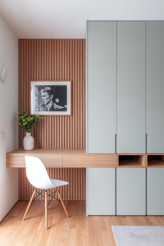 A cadeira EAMES aparece em muitas fotos de home office. Isso se deve porque elas contribuem muito para deixar o ambiente decorado.