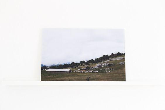 FINEART Fotografie hinter Acrylglas   40x60 cm   Das FineArt Foto ist auf Premium-Fotopapier gedruckt und hinter 3mm starkem Acrylglas (Plexiglas) kaschiert. Die Landschaftsfotografie als Acrylbild bietet eine elegante und moderne Dekoration für dein Zuhause und ist ein toller Blickfang.  Die Fotografie wurde während einer Frankreich-Reise auf dem Mount Ventoux aufgenommen.  #fotografie #fotowand #acrylglas #plexiglas #mountventoux #landscape #natur #reise