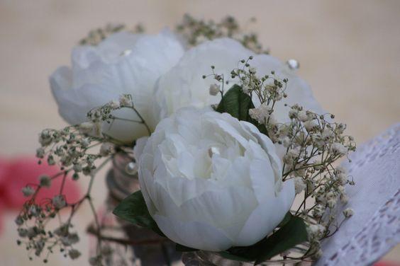 Centrotavola DIY: fiori finti e perle con velo da sposa come contorno