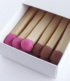 Kekse in Streichholzform, in Schachtel verpackt - zum Verschenken zu Weihnachten. Zündende Idee, nicht wahr?