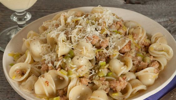 Sausage and Leek Mac and Cheese - looks yummy and I love the noodles.