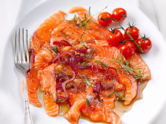 Lachs muss nicht immer gebratenoder gedünstet werden. Man kann frischen Lachs, ähnlich wie Räucherlachs, auch einfach als Carpaccio essen.  Hier empfiehlt es sich aber sehr auf die Frische des Fisches zu achten. Im Idealfall kauft man Lachs inSashimi-Qualität. Dieser ist dann explizit zum rohen Verzehr geeignet.  REZEPT  Für 4 Personen   Zubereitungszeit