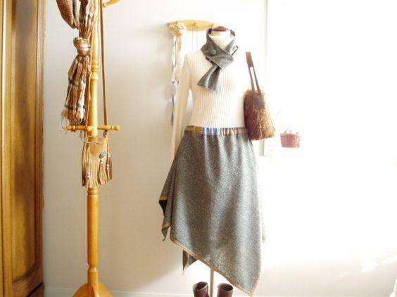 ヘムラインを斜めどりしたツイードのスカート。スクエア型のイレギュラーな丈と、脇に寄せたたっぷりのドレープが特徴です。丈は長い部分で75センチちょいありますが、...|ハンドメイド、手作り、手仕事品の通販・販売・購入ならCreema。