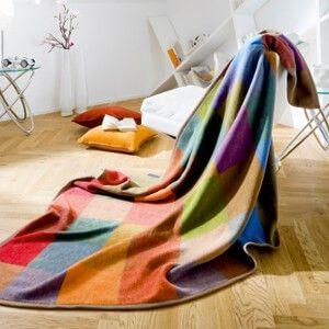 Farbenfrohe Sofadecke mit Farben der Saison in modernem Karomuster aus 100% Baumwolle.