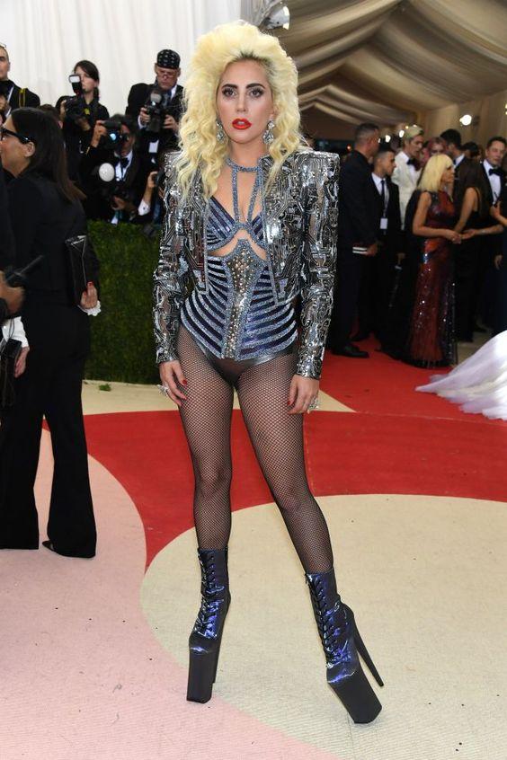 Do excêntrico ao glamouroso: os looks das famosas no baile de gala do MET - Lady Gaga