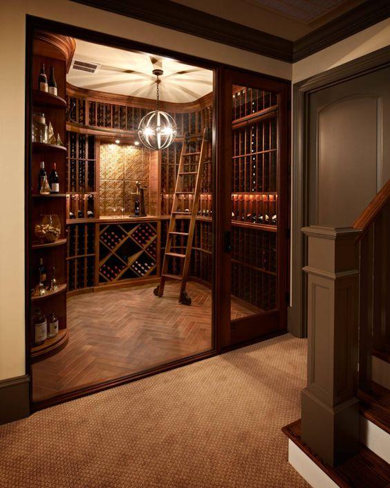 Une cave à vin qui reprend les codes d'une bibliothèque avec une échelle en bois