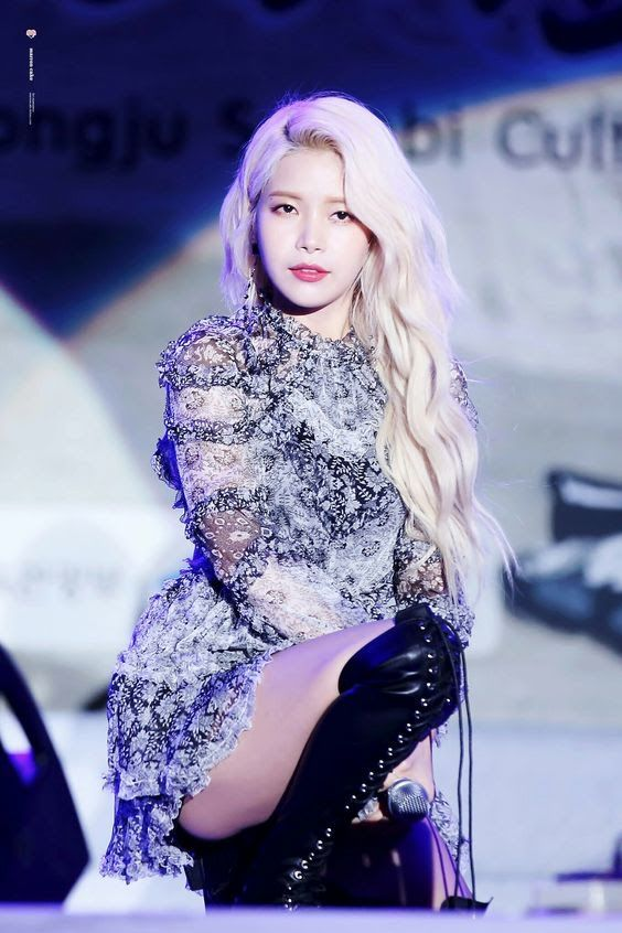 13 Female Idols Slay Blonde Curly Hair So Well Beautiful Girlzs Solar Mamamoo Mamamoo Kpop Girls