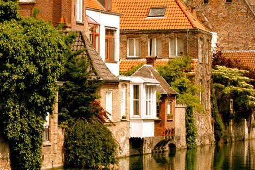 Wandel romantisch langs het #Minnewater, vergaap je aan de piepkleine huisjes van het Begijnhof en drink eens Brugse Zot bij brouwerij De Halve Maan. #Brugge zal je betoveren! #stedentrip #citytrip #Belgie #reizen #travel #travelbird #vakantie #weekend #water