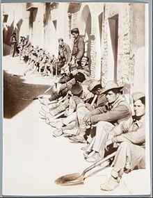 Soldados republicanos caídos prisioneros del Ejército Franquista en un pueblo de Aragón, primavera de 1938. Puede ser Belchite reconquistado.