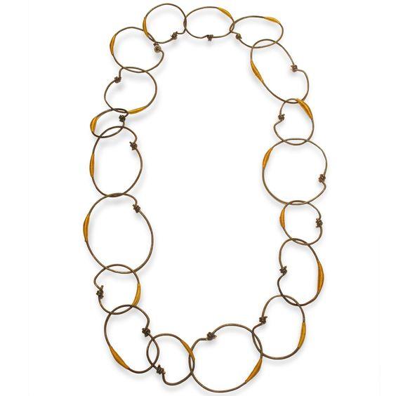 """Marianne Anselin - """"Ligature jaune"""", fer patiné et fil nylon - sautoir  - 890€ -  Sautoir formé de larges anneaux faits main en fer patiné et fil de nylon teinté """"old gold"""". Peut être réalisé avec une autre couleur de fil.:"""