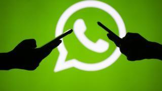 dos celulares y logo de whatsapp
