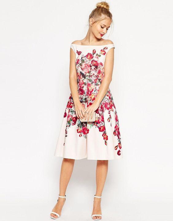 Vestido con escote bardot, falda de corte amplio, cinturilla ajustadas con estampado de flores en tonos rosas, de Asos.