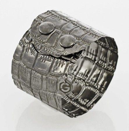 Armband Atelier Kroko in Sterling Silber 925/000 schwarz rhodiniert, mit Druckknopf-Schließe. Breite: 45 mm