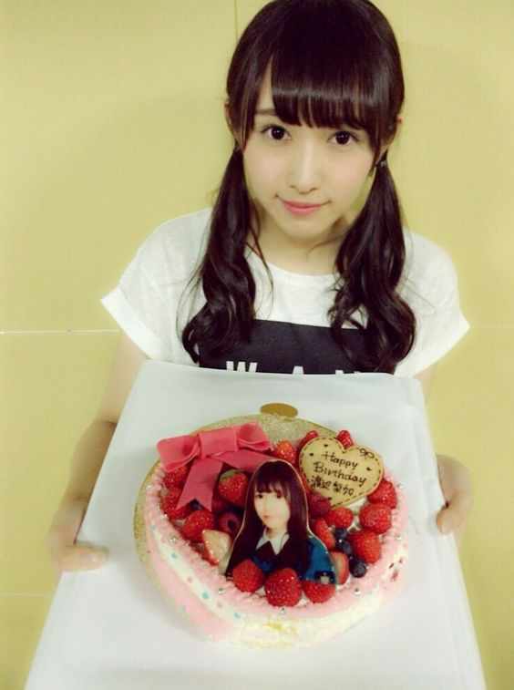 誕生日ケーキを持つ渡辺梨加
