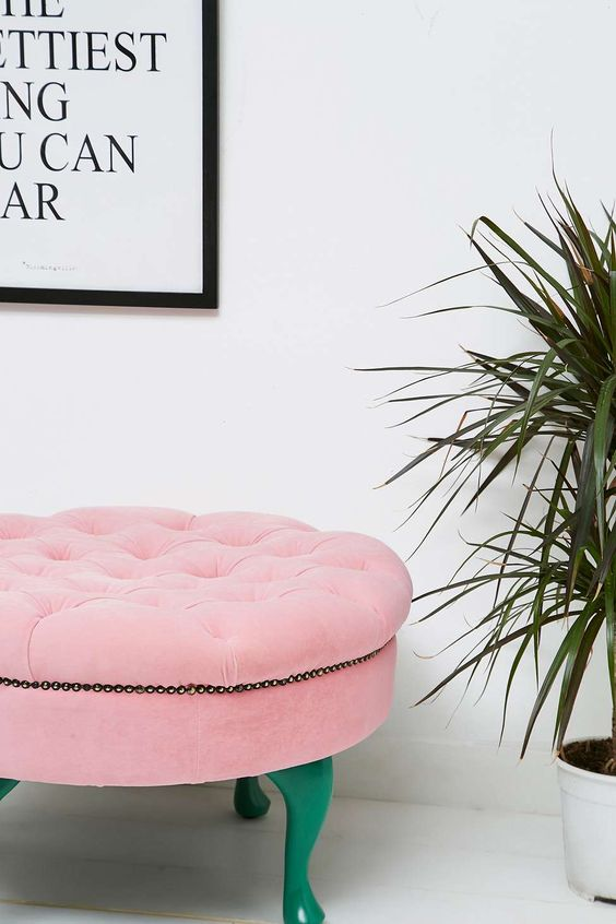 Tabouret tufté rose - Urban Outfitters