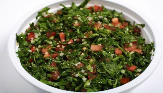 Tabouleh Salat Zuerst den Bulgur mit etwa einem halben Liter heißem Salzwasser oder einer kräftigen Gemüsebrühe übergießen und danach etwa 20 Minuten