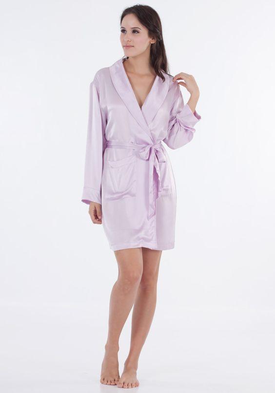 Mit einem Schalkragen, einem Seidengürtel und Seitentaschen ist diese Robe wundervoll zum Schlafen und Ausruhen.