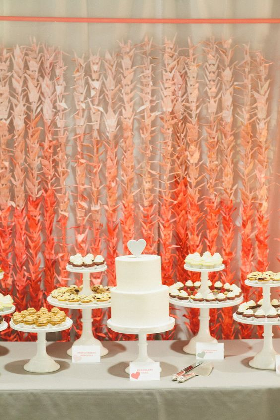 Tsurus e uma mesa laranja e branco