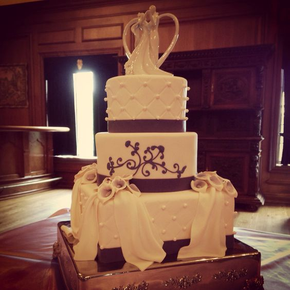 Romance! Love the flow of this cake!
