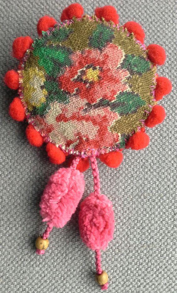Broche textile. Tissu vintage à fleurs. par VeronikB sur Etsy