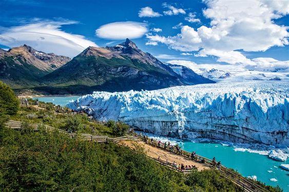 Parque Nacional de Los Glaciares  El sector sur alberga el Perito Moreno, el más famoso de los 47 glaciares que hay en el parque. Una red de pasarelas y barcos se acercan a esta mole de 35 km de largo y 5 km de frente. Patagonia Argentina