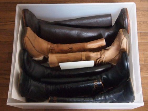 MUJIの収納ケースでロングブーツを収納。仕切りにブックスタンドを使用しています。
