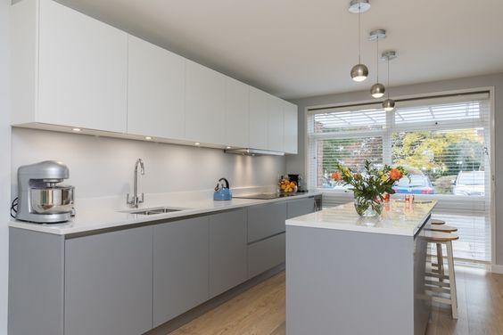 Cocina Ultra Mate Mate Laminada En Laca Gris Perla Y Blanca De Lwk Kitchens Laminate Kitchen Gray And White Kitchen Kitchen Design