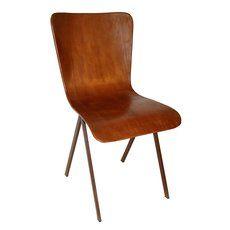 Stuhl Leder braun stabelbar. Das Gestell aus stabilem Metall und die bequeme Sitzschale mit Leder bezogen. Das rostbraune Leder wurde in aufwendigen Arbeitsschritten zu einer antiken Patina gebracht und hat daher eine sehr warme und edle Optik. Die klassische Schalenform bietet dem Nutzer einen sehr hohen Sitzkomfort und lädt zum verweilen ein.