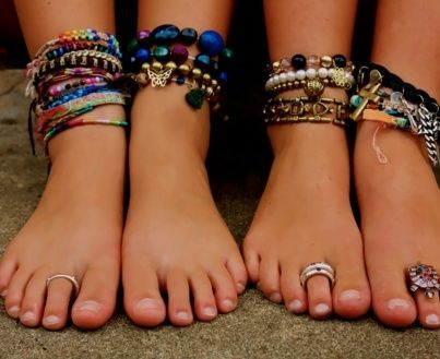 ankle bracelets::: I love this layering. Screams BEACH!: