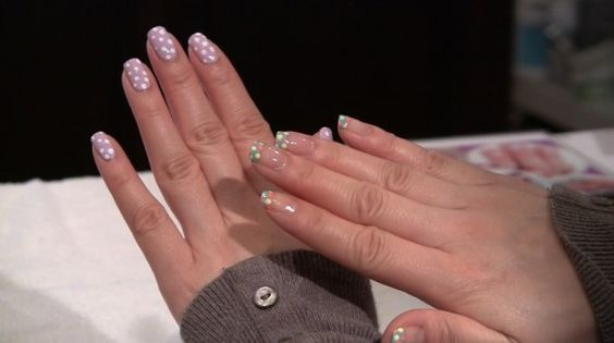 Polka dot nails! Lovely for the summer...might try this on my toes!