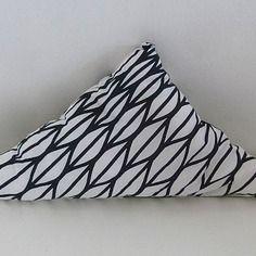 petit coussin graphique de forme triangle noir et blanc motif g om trique triangles et. Black Bedroom Furniture Sets. Home Design Ideas