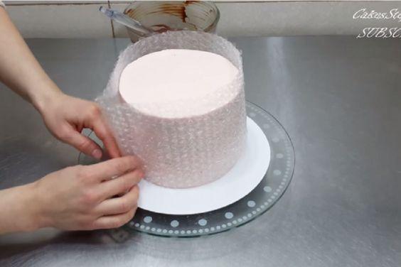 Elle enroule son gâteau dans du papier bulle, ce qu'elle a créé est tout simplement démentiel!