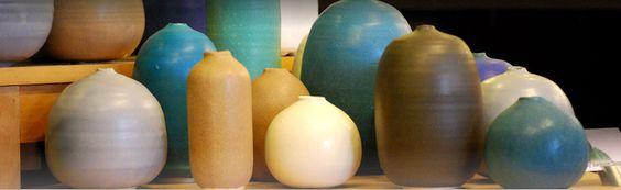 kompozycja z kilku dużych donic o różnych kształtach i kolorach