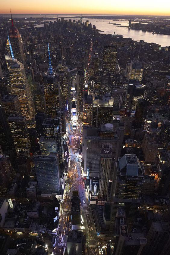 Orientarse en NY: Moverse en la ciudad puede hacerse con lógica si se conocer algunas reglas básicas: 1. Saber que Manhattan está dividida en calles este y oeste, por ello se indican con una E delante o W (oeste) como por ej: E 27th St o W 27th St.  La linea divisoria este oeste (por encima de Washington Square Park en el Village) es Fifth Ave, con la numeración de los edificios en ambas direcciones  a centena por manzana, de esta manera el tramo entre Sixth Ave y Seventh Ave.