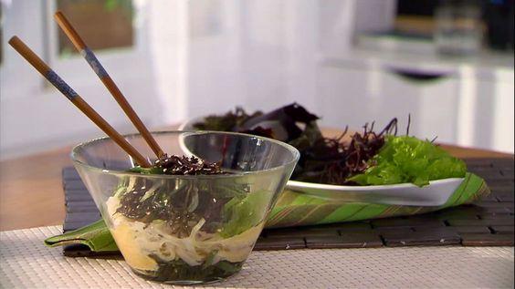 Presentación de la receta de Bruno Oteiza de ensalada de fideos de arroz y algas.