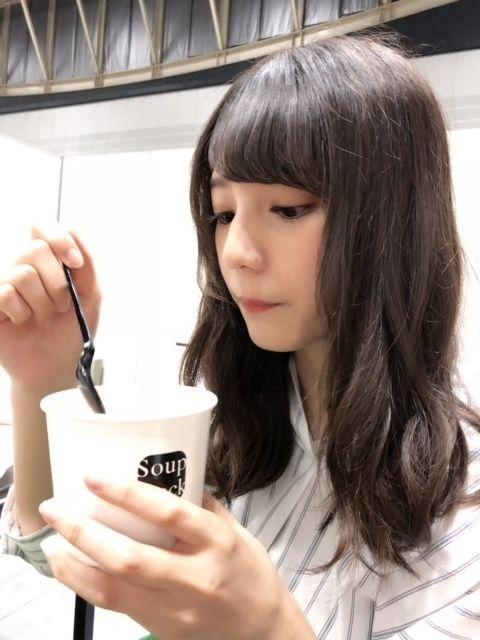 スープを食べる小坂菜緒