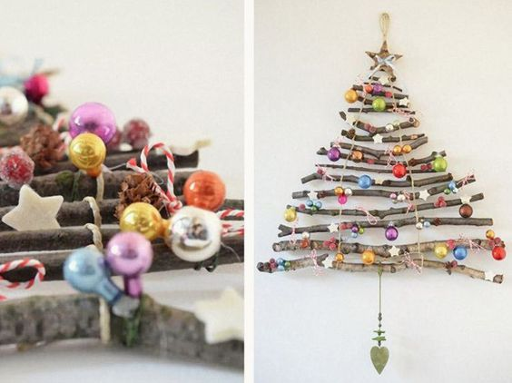 Galhos de tamanhos diferentes foram decorados com ornamentos coloridos para imitar uma árvore de Natal.