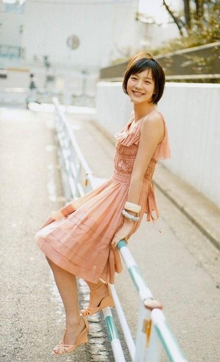 ピンクのワンピースを着る能年玲奈