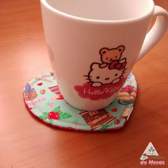 Mug Rug Coração - Tapetinho para Caneca #pontinhosdeminas #mugrug #mugrugcoracao #coracao #diadosnamorados #love #cappuccino #receberbem #mesaposta #cozinha #kitchen #cha #tea #coffee #cafe