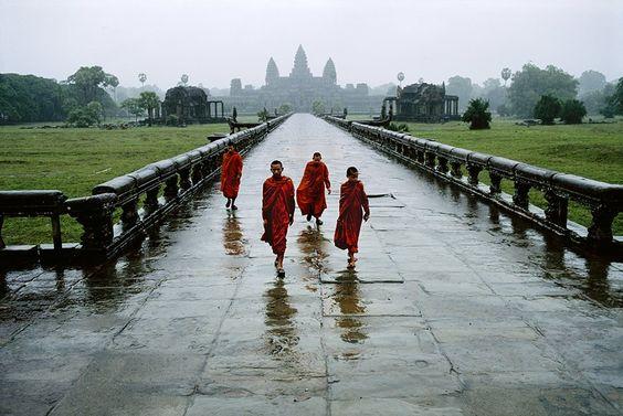 Monjes budistas bajo la lluvia, Camboya_by Steve McCurry