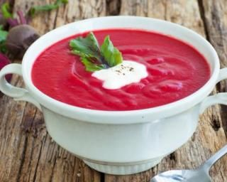 Soupe glacée de betterave au basilic brûle-graisse : http://www.fourchette-et-bikini.fr/recettes/recettes-minceur/soupe-glacee-de-betterave-au-basilic-brule-graisse.html