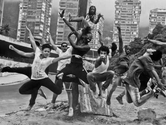 In Rio de Janeiro fotografierte Moises Saman einen spontanen Auftritt der Companhia Urbana de Danca auf den Straßen des Viertels San Conrado. Rio de Janeiro, 16. Februar 2014 © Moises Saman/Magnum Photos/Agentur Focus