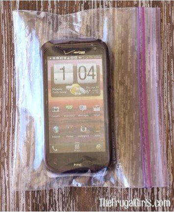 Stecke Dein Telefon in einen luftdichten Plastikbeutel, wenn Du es mit nassen Fingern benutzen willst. | 21 günstige und einfache Tricks für das beste Badezimmer aller Zeiten