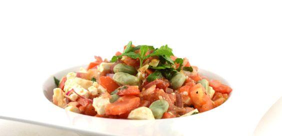 Deze tuinbonen met tomaat en feta is een lekker fris gerecht, het doet mediterraans aan. Misschien wel door de combi van tuinbonen, tomaat en feta.