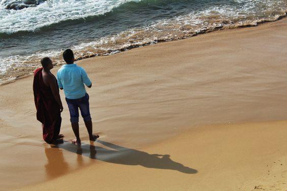 """Monje Budista en Galle Face Green. Conoce más en nuestro #artículo: """"Una Tarde Local en Colombo: Galle Face Green"""". #SriLanka #Colombo #Blog #TravelBlog #BlogDeViajes #SLinMyEyes"""