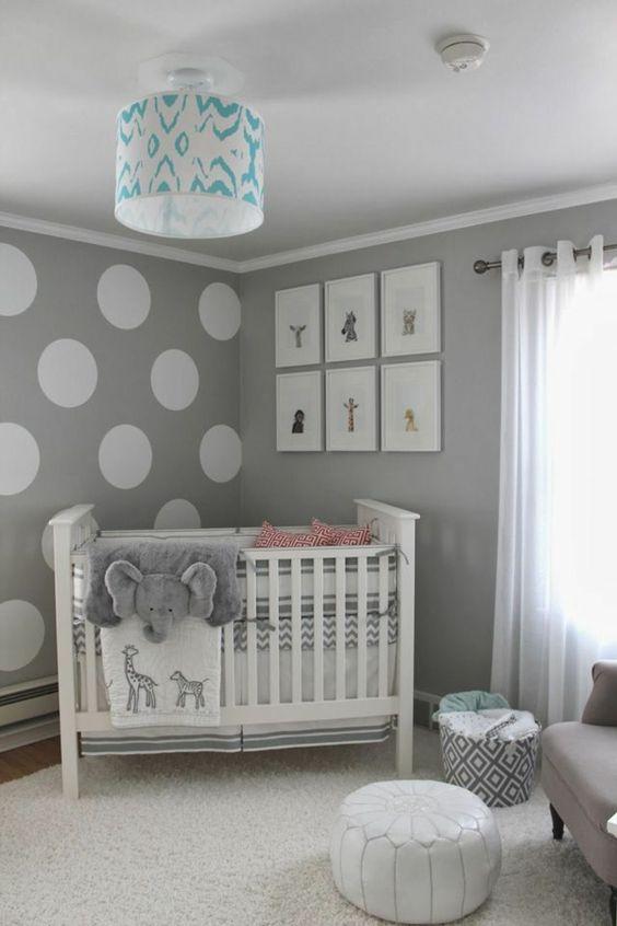 graue Wand mit weißen Kreisen