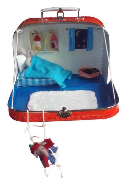 Handbeschilderd koffertje. Aan de binnenkant van het koffertje vind je een slaapkamer van een muisje. Incl. bed, kussen, deken, 2 kastjes, vloerkleed,