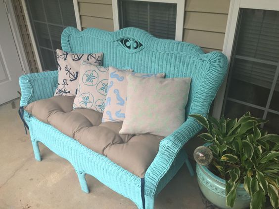 Wicker furniture makeover using  spray paint!
