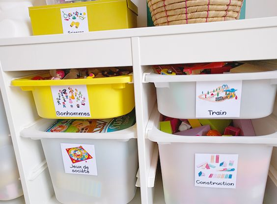 Bacs à jouets portant des étiquettes avec un dessin des jouets correspondants